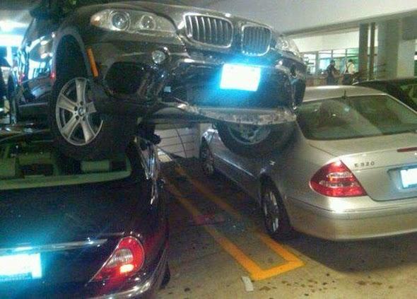 Coche aparcado encima de dos coches