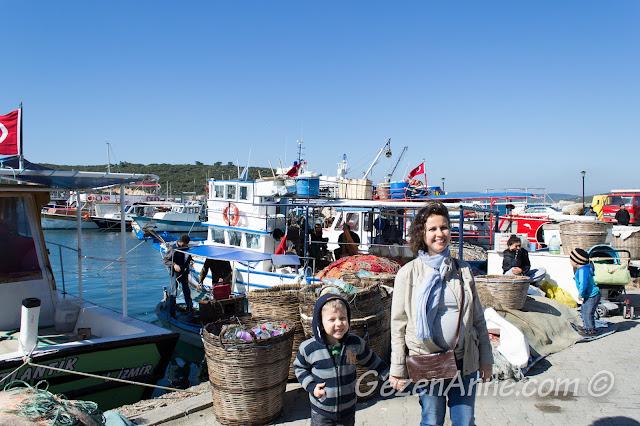 sahilde balıkçı tekneleri arasında dolaşırken, Sığacık Seferihisar