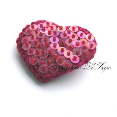 walentynki broszki serduszka cekiny błyszczące migoczące broszki szydełkowe serca dla ukochanej idealny prezent na walentynki Biżuteria Szydełkowa Panorama LeSage