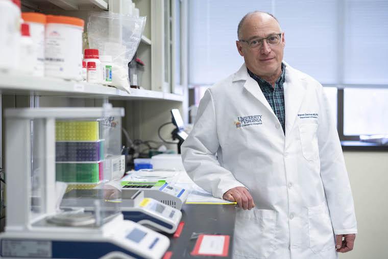 O pesquisador Steven L. Zeichner disse estar contente com a parceria entre a UVA e Virgínia Tech no desenvolvimento do imunizante.  (UVA Communications/Reprodução)
