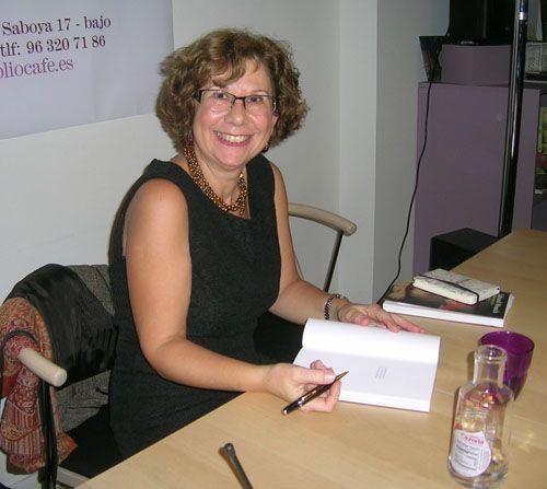 Fuensanta Niñirola dedicando su libro