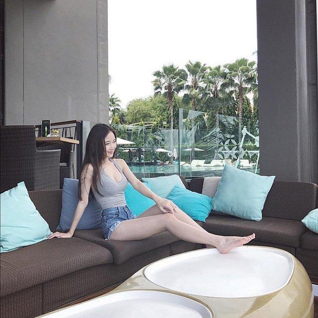 """Hotgirl streamer đẹp như bông tuyết trắng giữa """"thiên đường gái xinh"""" Thái Lan"""