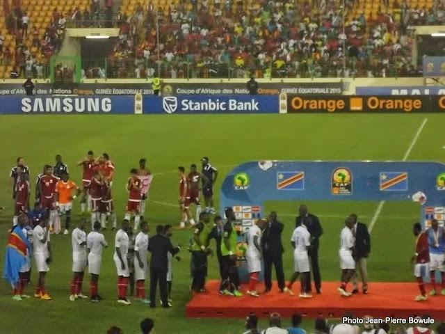 Les Léopards reçoivent leurs médailles après avoir remporté le match pour la troisième place de la Can 2015 face à la Guinée Equatoriale. Radio Okapi/Ph. Nana Mbala