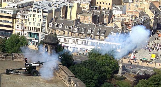 13 Uhr: Salutschuss auf dem Castle von Edinburgh
