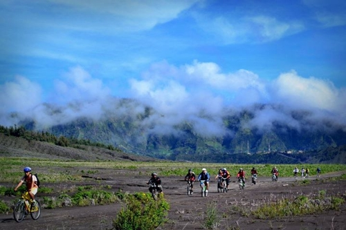 Foto ini diambil oleh om Roni. Berlatar belakang Lautan Pasir Gunung Bromo.