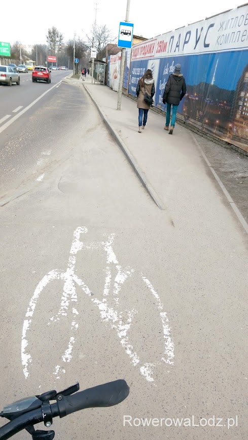 Jednokierunkowa droga dla rowerów puszczona przez zatokę autobusową