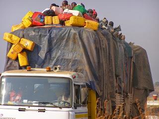 Les voyageurs au dessus d'un camion, chargé de marchandises sur une route du territoire de Malembankulu (Katanga). Radio Okapi/Ph. Denise Maheho.