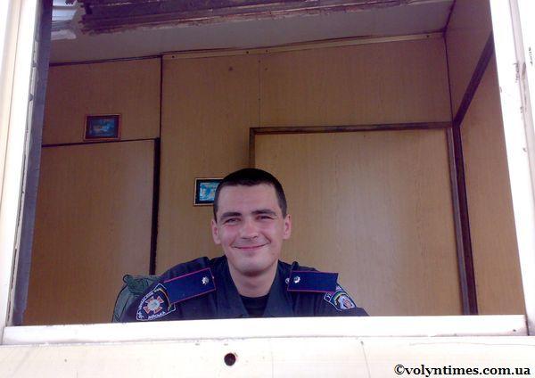 Службовець Внутрішніх військ на вході в Волинське ДАІ