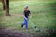 Un niño de la comunidad juega con un juguete típico durante la actividad.