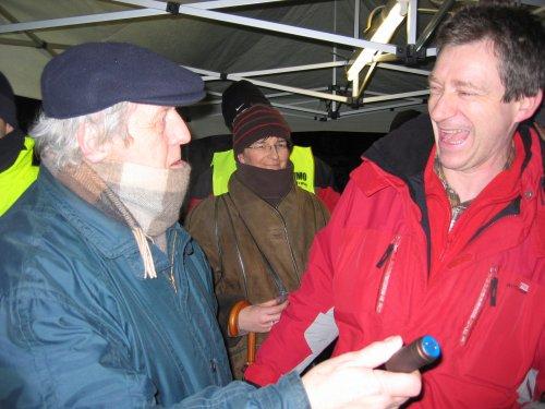 Jos overhandigt Willy Juwet een fles wijn om hem te bedanken voor zijn mooie verhalen.