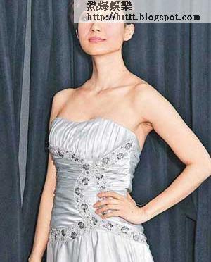 首次獲提名的君馨,試穿晚裝展示身材,有前有後。