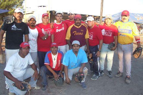 Equipo Tecos de Bustamante en juego amistoso de softbol en el Club Sertoma