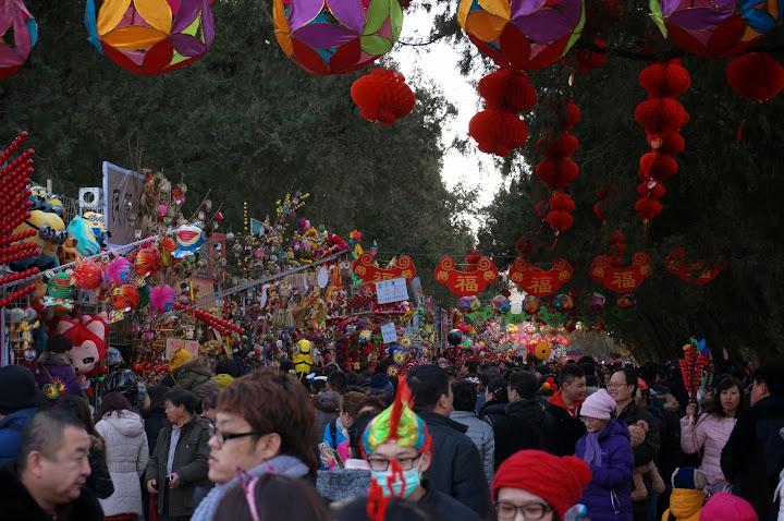 gente visitando feria en el año nuevo chino