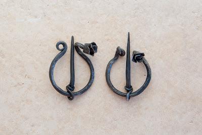 2 fibules motif rose
