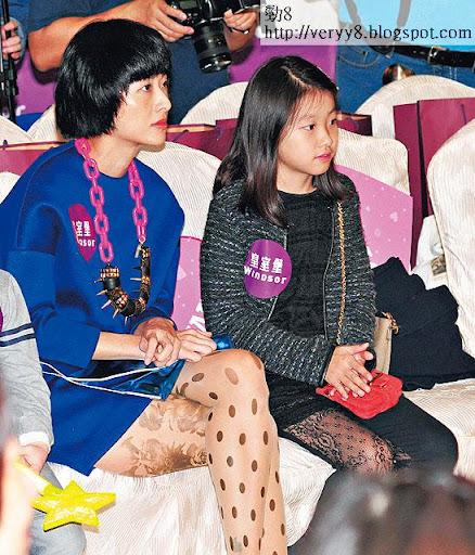 15/12 <br><br>徐濠縈與女兒康堤出席好友甘比的商場活動,其間唔肯影相及做訪問。