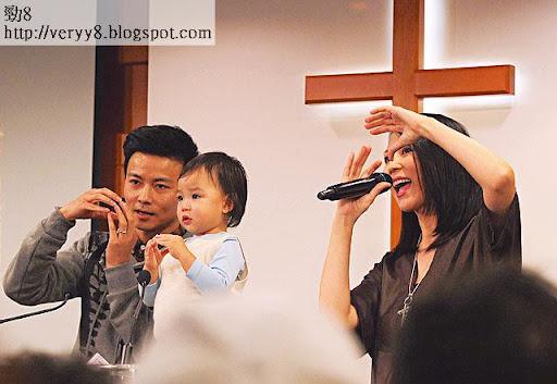 老公囡囡撐場 <br><br>當日蔡少芬講見證,老公張晉和女兒楚兒上台與媽咪一齊做手語唱聖詩,場面感人。