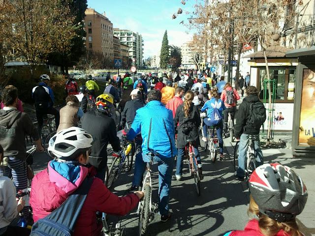 Marcha ciclista: NO a al prohibición de circular en bici por Gran Vía y Reyes Católicos 2012-12-16%252012.37.07