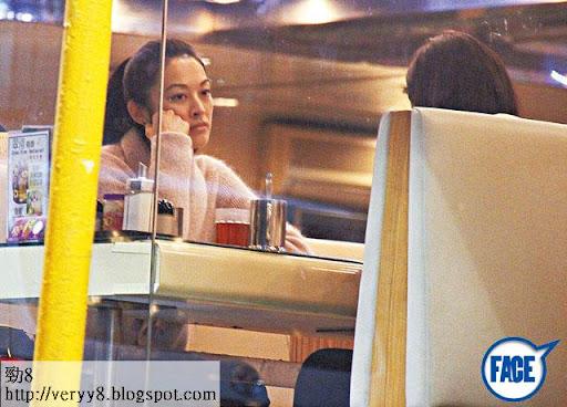 已經 30歲嘅 Rachel同朋友喺中環翠華茶餐廳吹水,表現得冇乜心機。