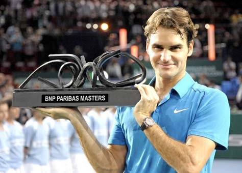 Roger Federer levantando trofeo