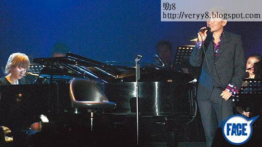 \'04唱過曬 <br><br>入行前已經自彈自作自唱攞過 Cash流行曲創作冠軍,王菀之 04年獲張學友在演唱會上親自介紹,並合唱〈我真的受傷了〉開始歌手生涯。《蘋果日報》圖片