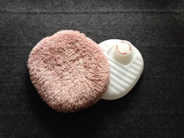 湯量もお湯を沸かしたついで位の量で足りるので布団に入れる以外にも日常的に使えるサイズです。お腹が痛い時にカイロ代わりに使用したり。