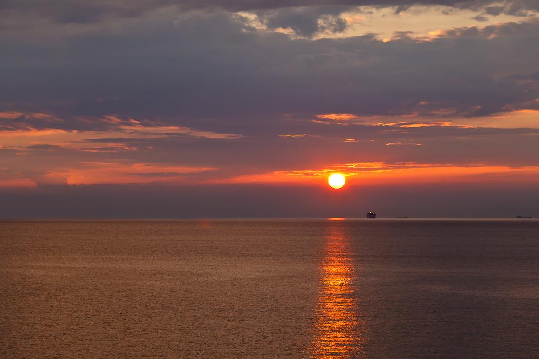 солнце плавно спускалось прямо в море