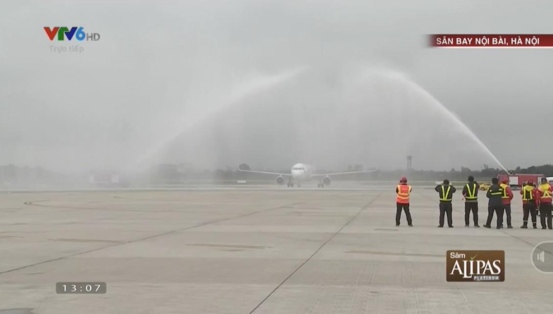 máy bay chở U23 Việt Nam phun nước khi hạ cánh