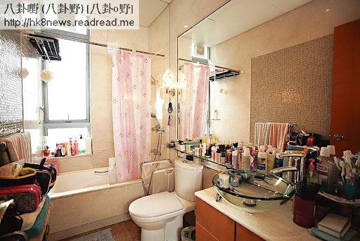 廁所變化妝間 <br><br>兩姊妹將洗手間變成化妝間,計埋櫃桶裏面的護膚品及化妝品,一共超過五十支,果然貪靚。