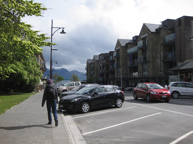 Nomads Hostel Queenstown: the street leads right to Lake Wakatipu