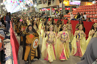 Desfile procesional por la noche