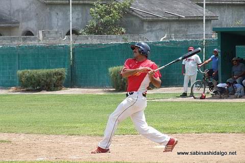 Pablo Omar Buentello bateando por MIneros en el beisbol municipal