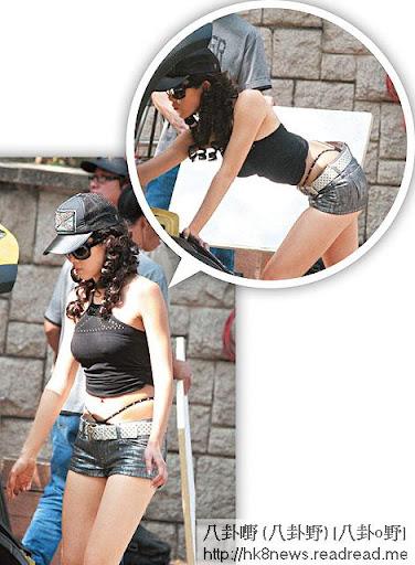 激凸 T-back <br><br>07年拍攝《原來愛上賊》時,穿上黑色貼身小背心,巨咪若隱若現,更當街「飛釘」,趷籮拍整車戲,更露出半條 T-back。