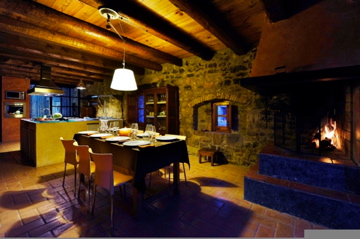Comedor con hogar en la casa de vacaciones