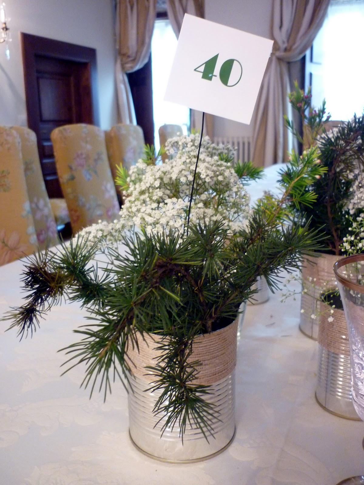centro de flores con su letrerito de fiesta de amigos
