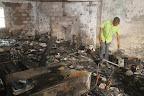 Un agent de la Ceni constate le dégât causé par l'incendie le dimanche 17 août 2014. Radio Okapi/Ph. John Bompengo.