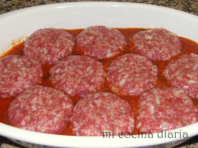 Hamburguesas de carne y arroz con salsa de tomate al horno (Мясные тефтели с рисом и томатным соусом, запеченные в духовке)