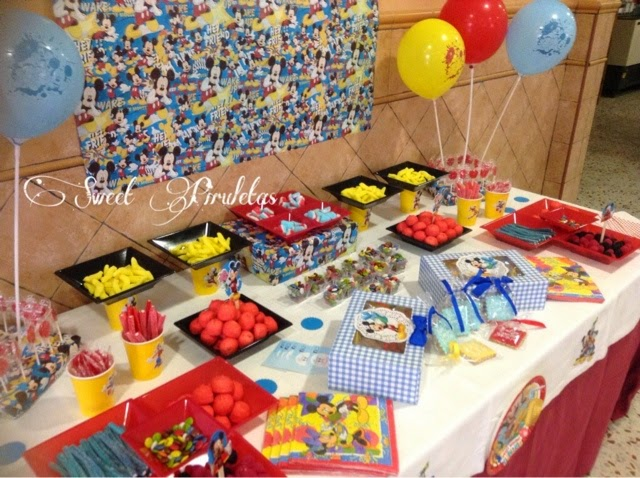 Decoraci n y mesa de chuches para un bautizo sweet piruletas for Decoracion navidena con chuches