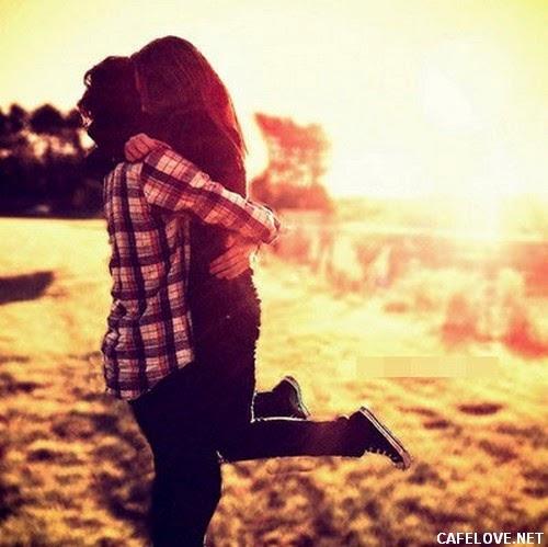 Hình ảnh ôm nhau trong niềm vui hạnh phúc