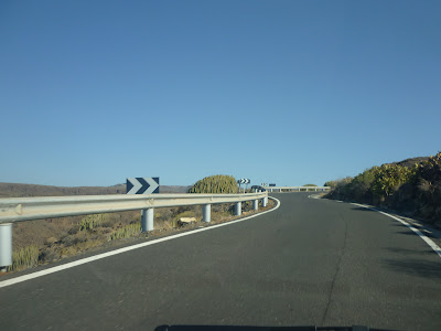 Straße in Gebirgslandschaft.