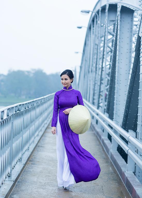 Ảnh phụ nữ đi trên cầu xứ Huế