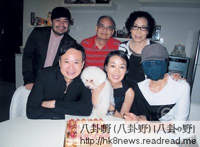 江美儀最近與男友吳君祥成立了黃金時代娛樂公司,旗下藝人有龍小菌(前右一)。