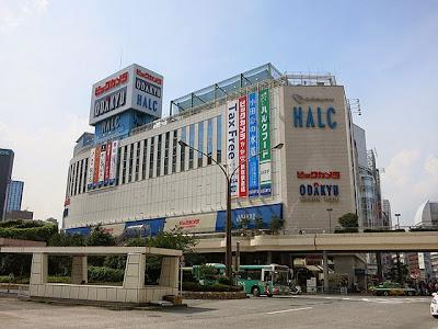 新宿西口から見た小田急ハルク、ビックカメラ