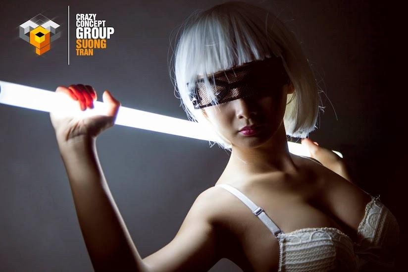 Ý tưởng từ tương lai người đẹp tạo dáng cùng bóng đèn