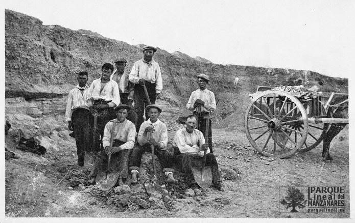 El 17 de agosto de 1918 un jovencísimo Pérez de Barradas saca esta foto de los obreros que excavan el yacimiento Paleolítico del Sotillo, en Usera.