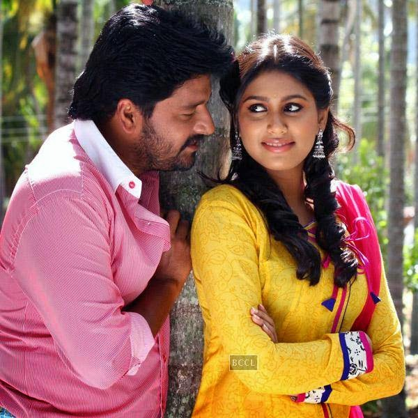 A still from the Tamil movie Pattaya Kelappanum Pandiya.