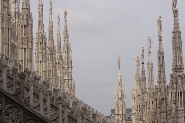 Cada una de las agujas está coronada por una estatua