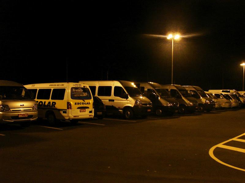 Vans no estacionamento da Unimep