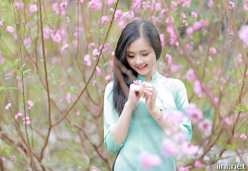 ảnh cô gái dễ thương trong vườn xuân