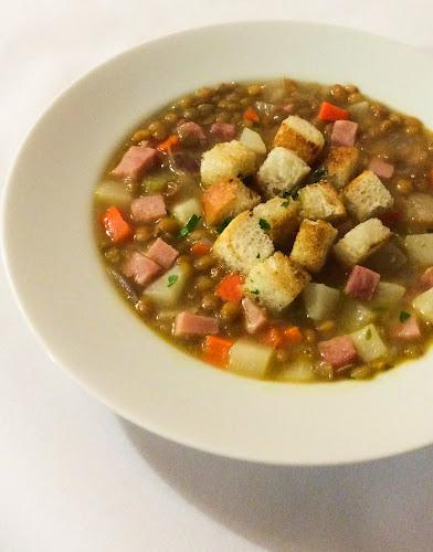 Zupa, soczewica, rzepa, szynka, tosty, seler naciowy, tymianek