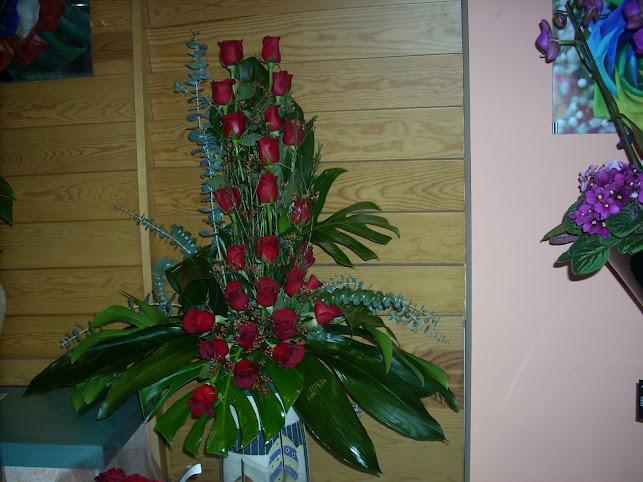 Centro vertical de rosas rojas.